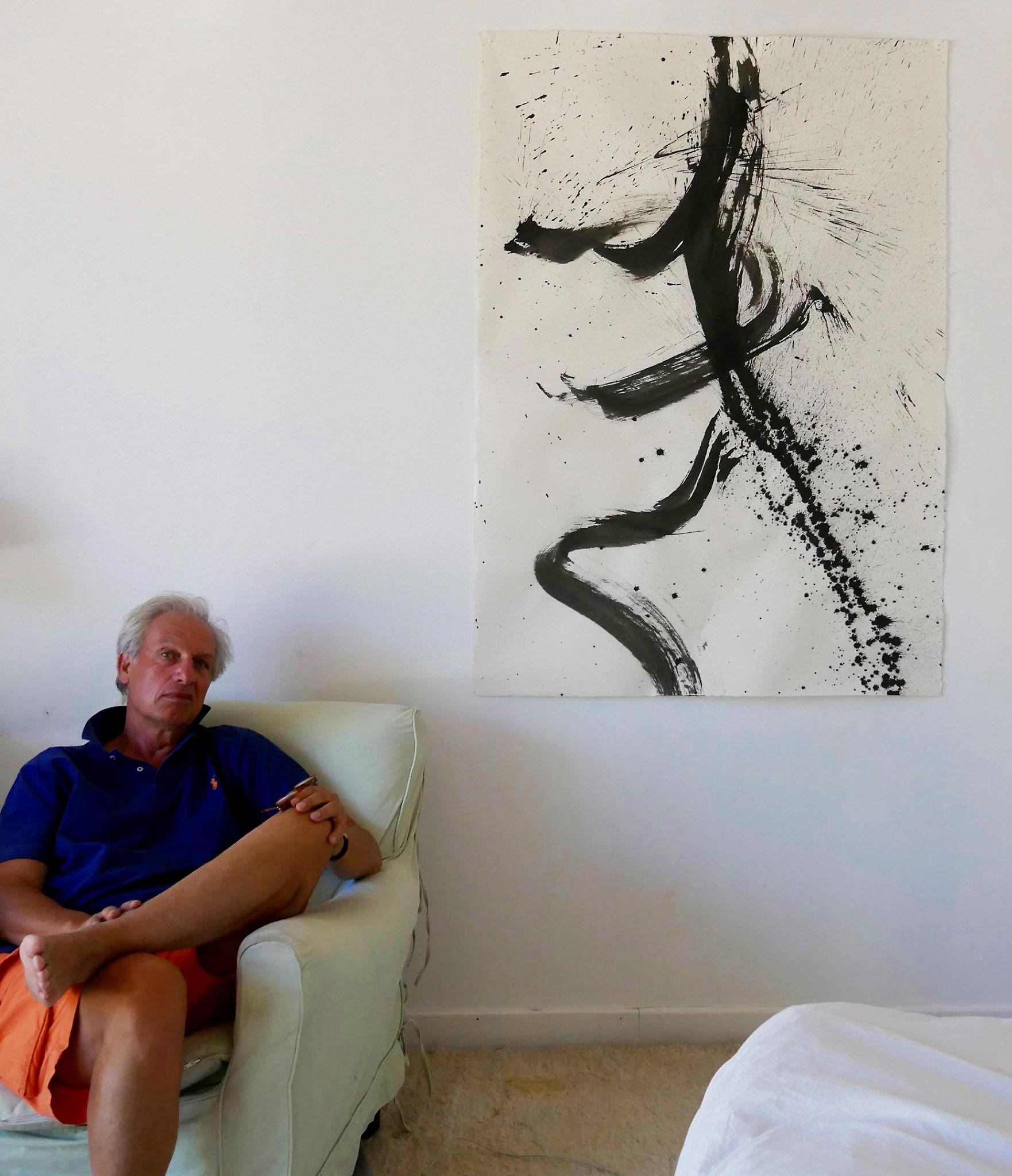 jacques de longeville assis devant une de ses oeuvres